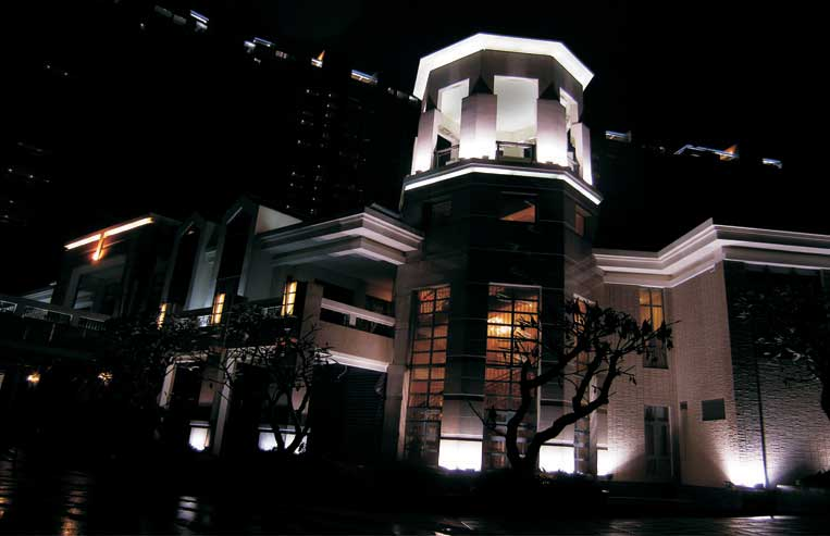 """音乐厅和图书馆入口处的两个钢结构玻璃体分别被称为""""金树""""和""""&"""